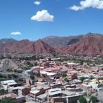 赤山と禿山に囲まれたボリビアの田舎町トゥピサ